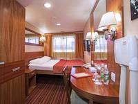 Двухместная каюта без балкона с двуспальной кроватью теплохода «Мстислав Ростропович»